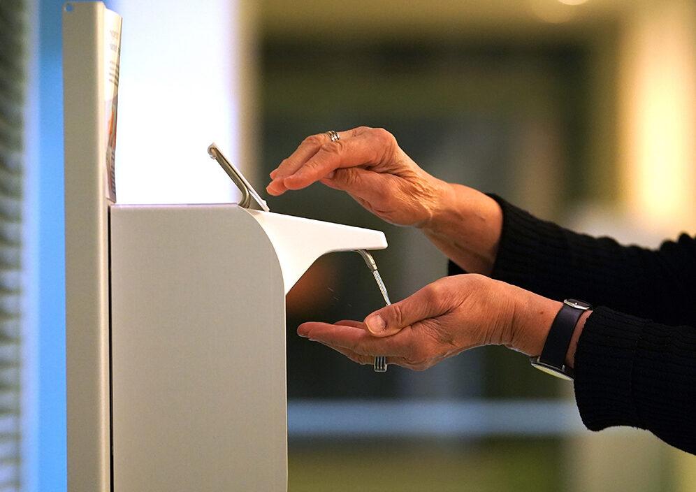 Usar liquido limpiador de manos