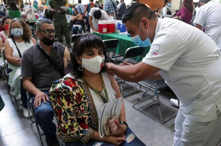Vacunan personal educativo