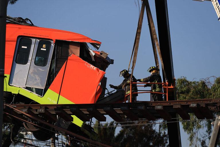 Operarios y peritos del Gobierno de Ciudad de México intensifican las labores para levantar los escombros
