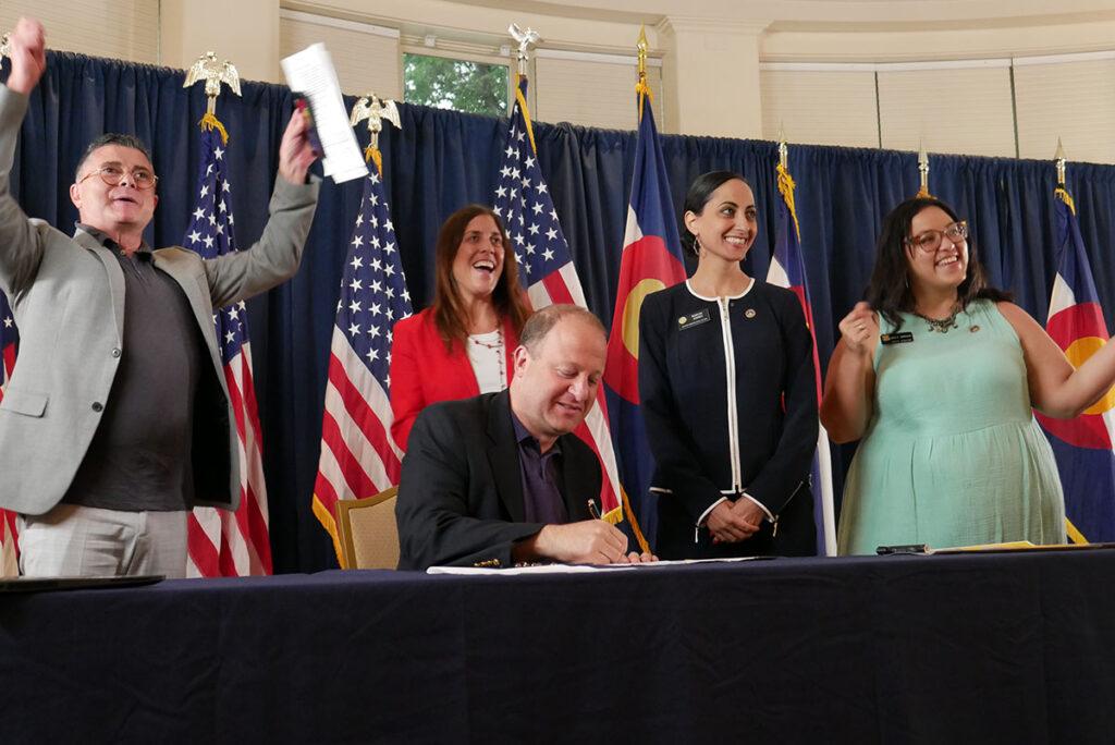 Polis firma cinco leyes en favor de los inmigrantes
