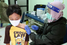 Menores vacunados con Moderna no consiguen como aplicarse la segunda dosis