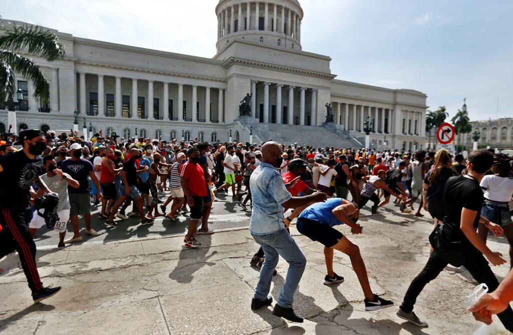 Arrestos y represión masiva en Cuba para detener protestas
