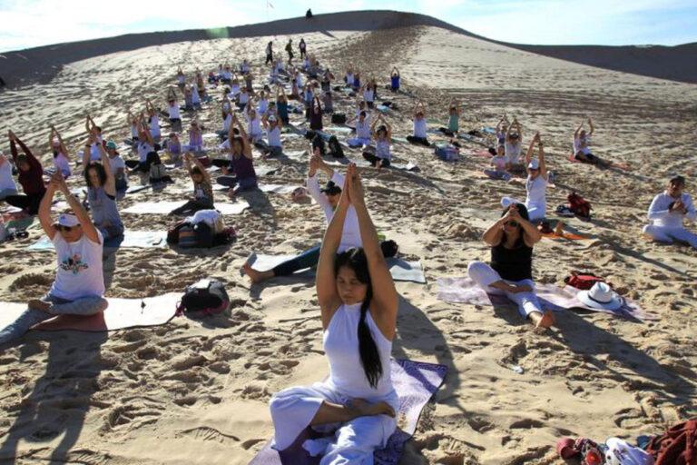 Practican yoga en dunas de Chihuahua
