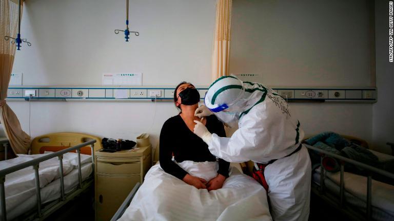 ¿Presentan las personas sintomáticas efectos más severos del covid-19?