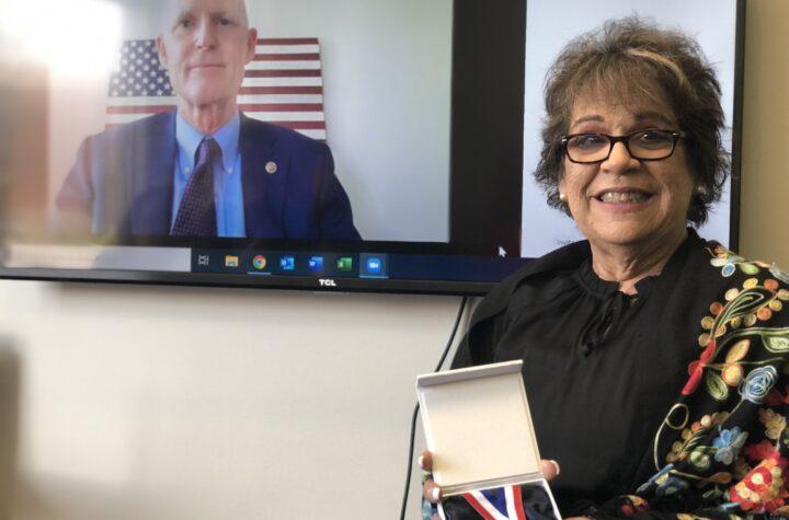 """María Weese Awarded """"Champion of Freedom"""" María Weese premiada como """"Defensora de la Libertad"""""""