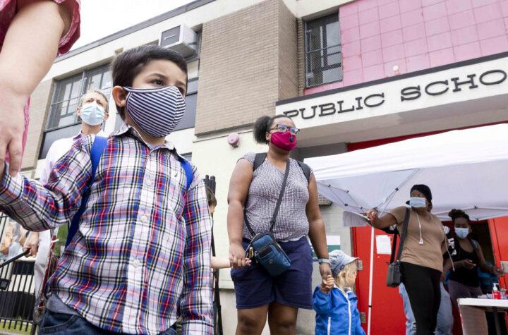 Back to school with masks Vuelta a clase con máscaras