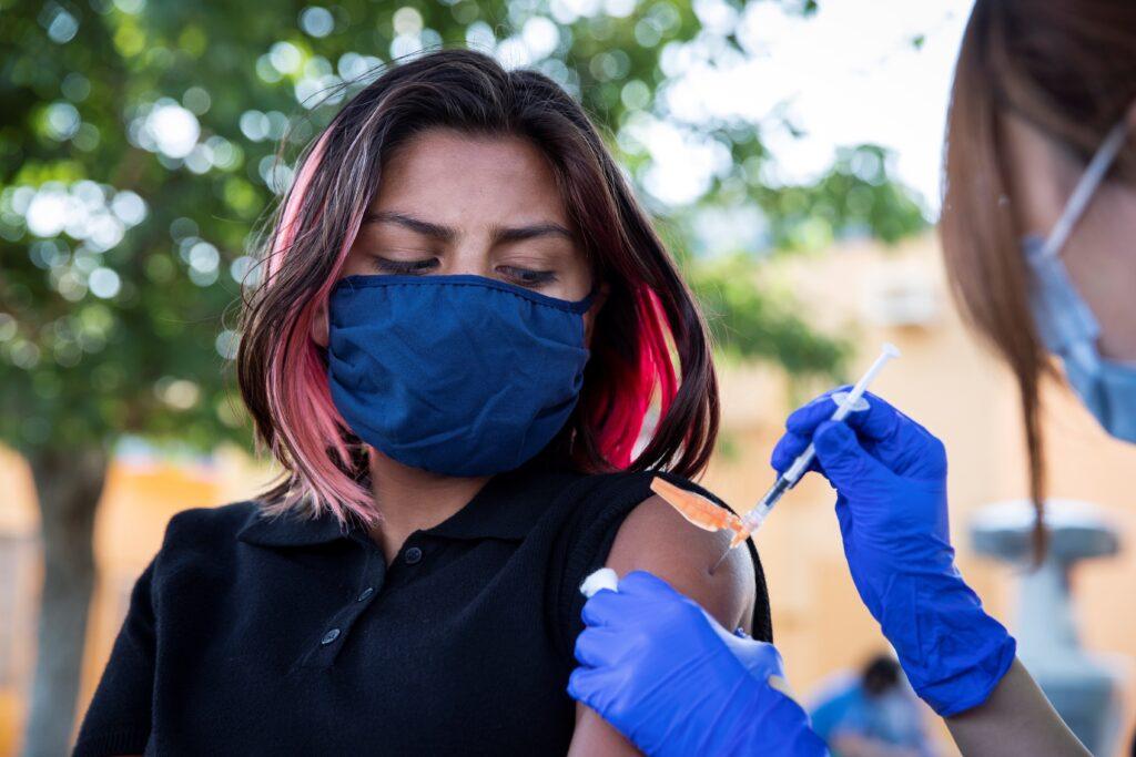 Aprobación de vacuna Pfizer busca convencer escépticos