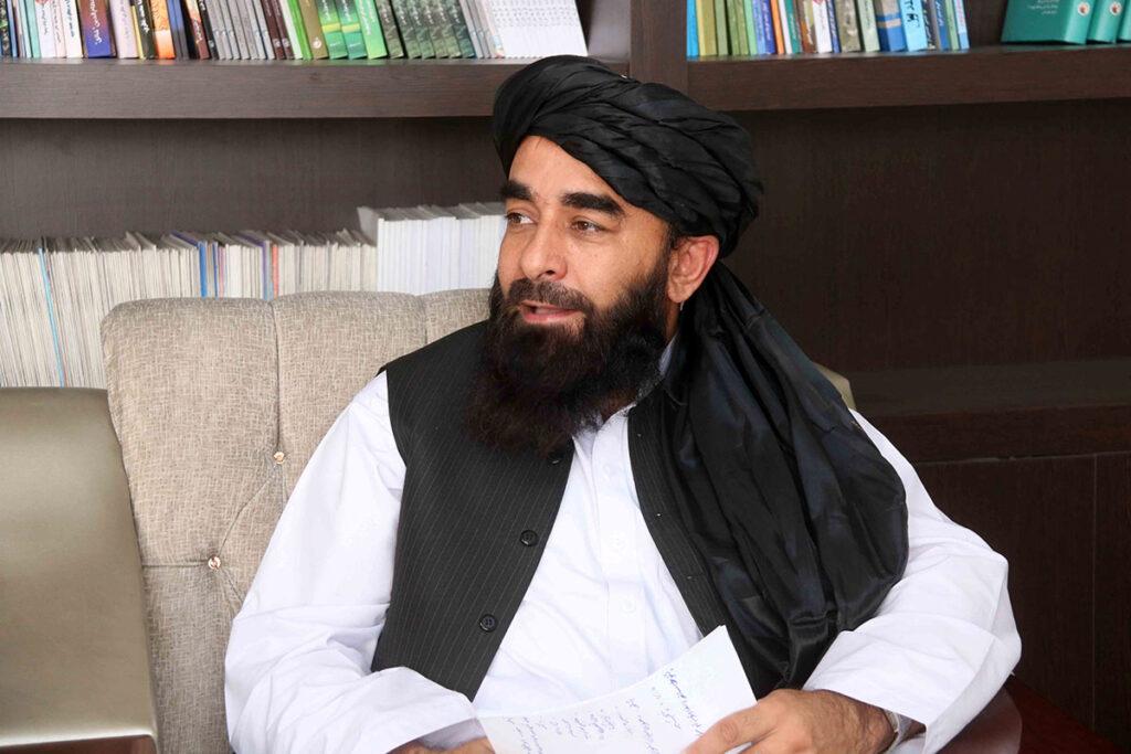 Talibanes garantizan salida de extranjeros