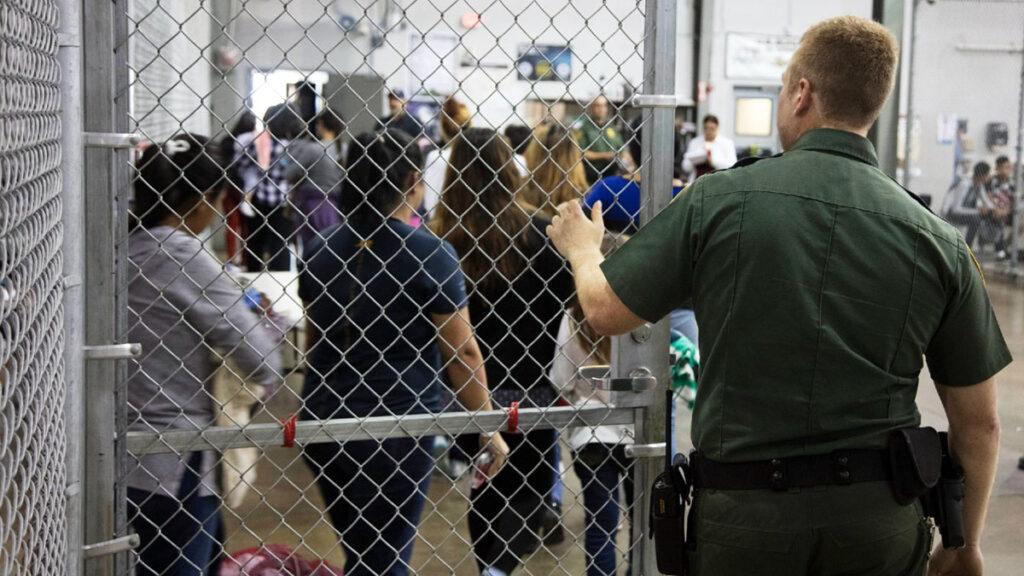 Infectados con COVID migrantes en custodia de Patrulla Fronteriza