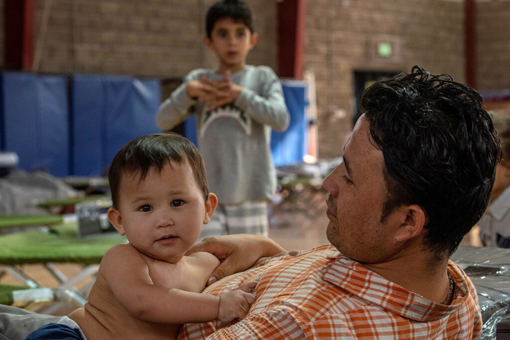 Afghan Refugees Arrive in Colorado Refugiados afganos llegan a Colorado