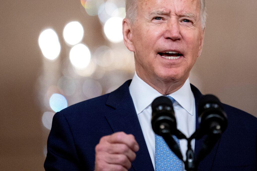 Biden dice que opción era irse de Afganistán o aumentar tropas