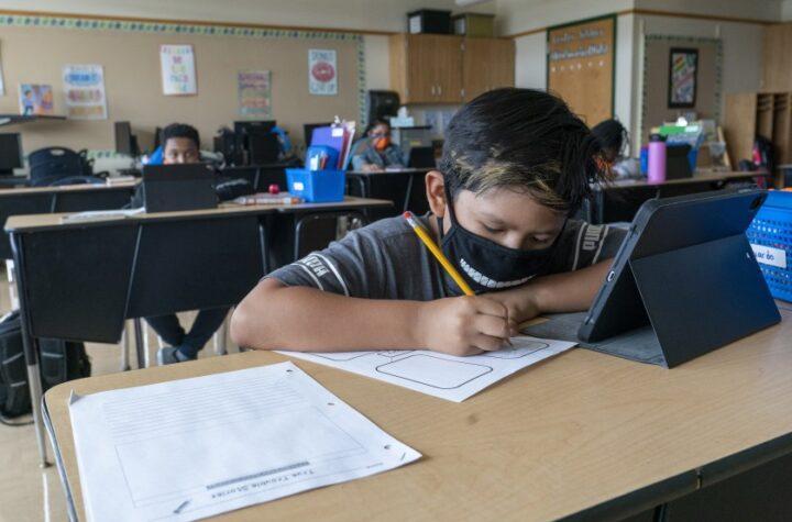 Obligados a usar máscaras todos los estudiantes en Adams, Arapahoe y Douglas DPS exigirá máscaras en sus espacios cerrados