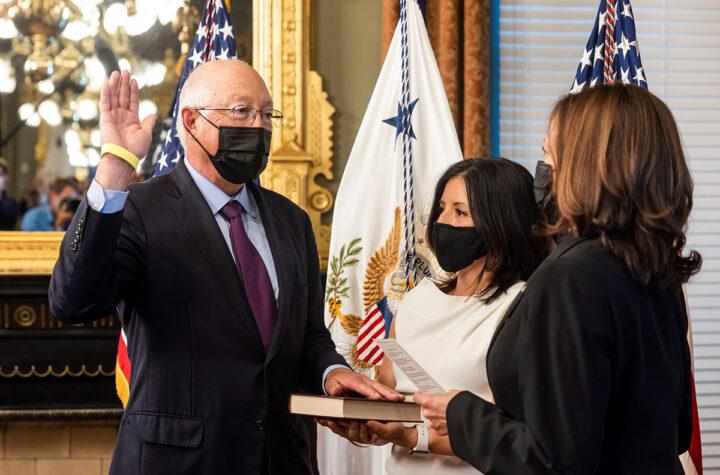 Juramentado Ken Salazar como embajador en México