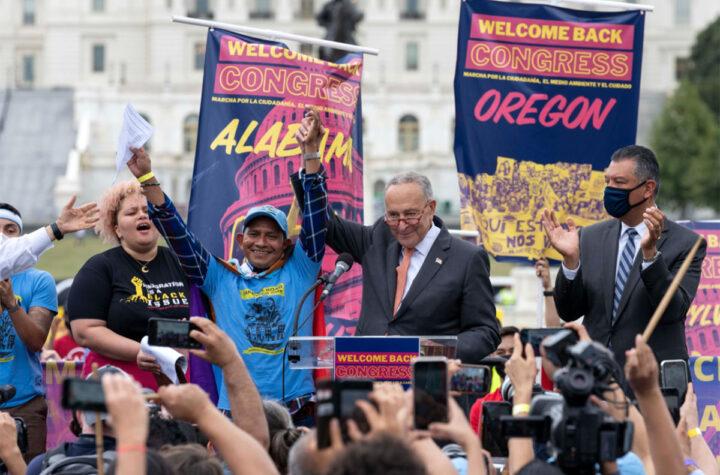 Demócratas buscan opción para aprobar la reforma migratoria