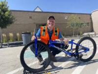 El equipo del Proyecto Central 70 construye bicicletas para los estudiantes de la Escuela Primaria de Swansea