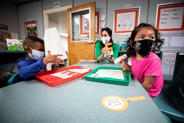 Aumentan casos de COVID en escuelas de Colorado