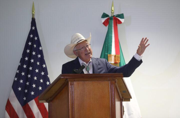Ken Salazar llega a la Ciudad de México