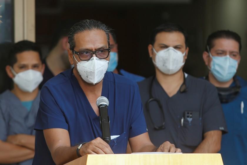 Vicente Fernández tiene leve mejoría pero se mantiene en terapia intensiva